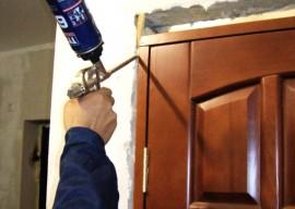 Очищаем дверь от монтажной пены: 2 вида загрязнений и методы борьбы с ними