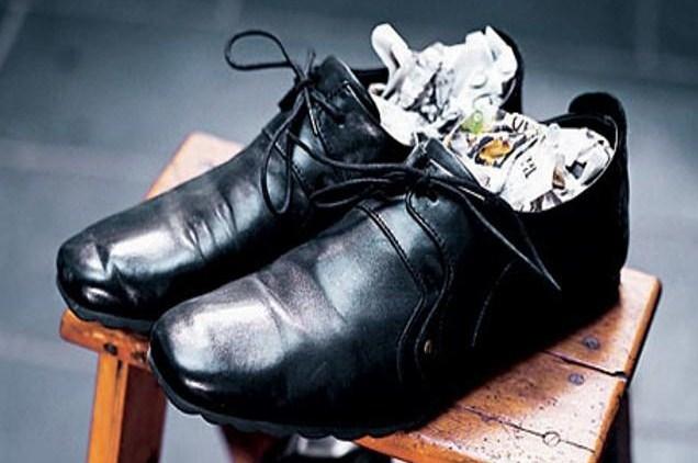 растягиваем обувь газетами