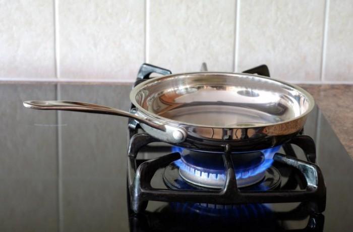 сковородка на газовой плите