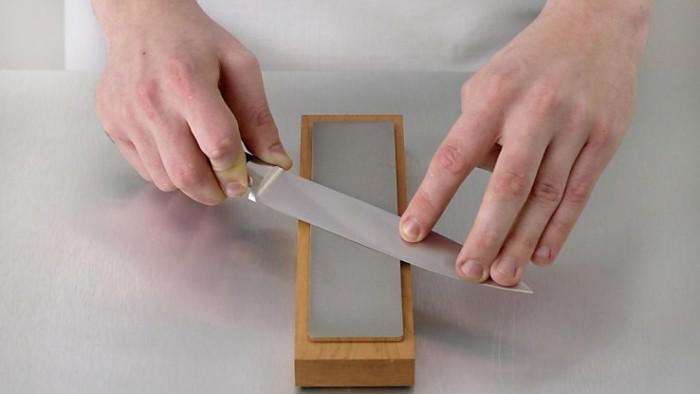 точим нож точильными брусками
