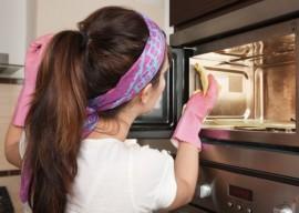 Как чистить микроволновку в домашних условиях?