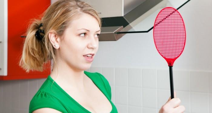 девушка с мухобойкой