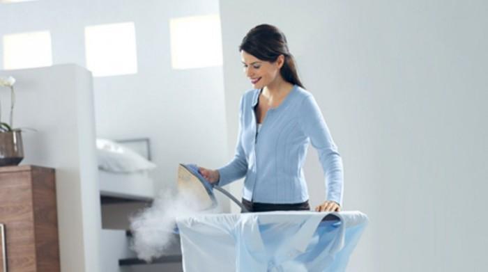 девушка гладит рубашку