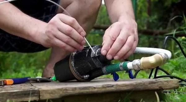 чистка колодца дренажным насосом
