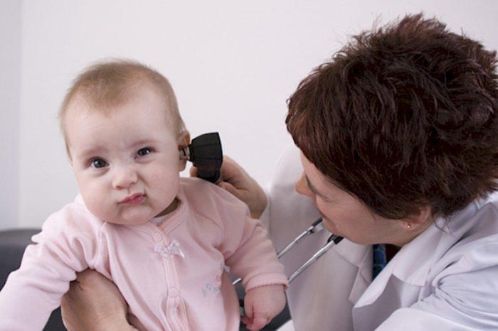 Как почистить уши маленькому ребенку