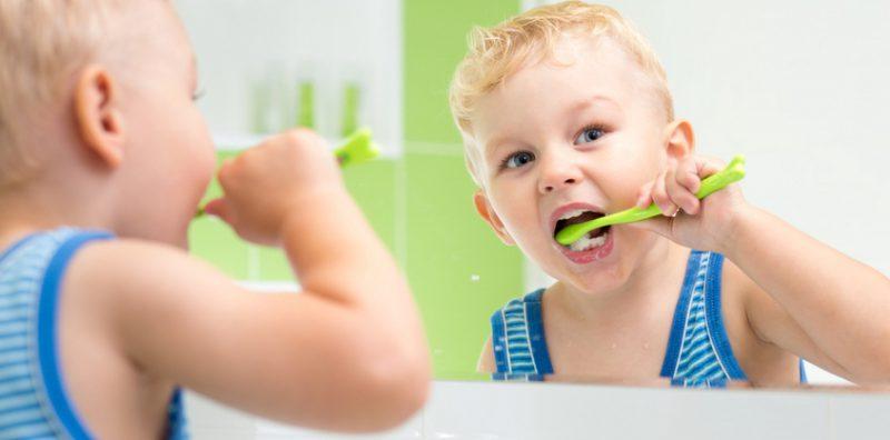 Как чистить зубы ребенку в год?