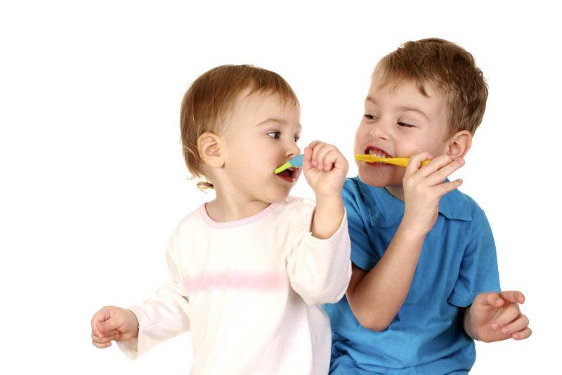 Как научить малыша чистить зубы играя?