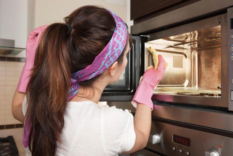 Очистка микроволновой печи с помощью специальных средств