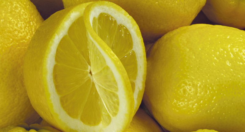 Помыть акриловую ванну можно соком лимона