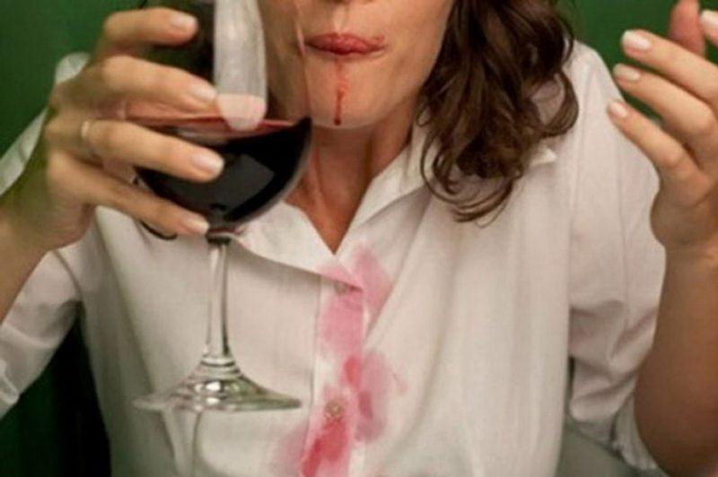 Пятно от вина на белой блузе