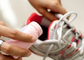 Избавляемся от запаха в кроссовках: 3 шага к чистоте