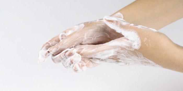 руки в монтажной пене