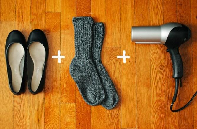 расятгиваем обувь феном и носками