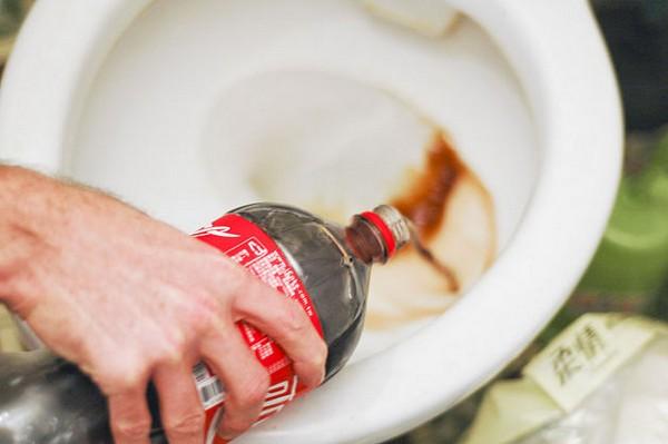 прочистить унитаз кока-колой