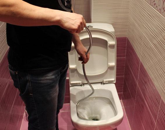 как прочистить унитаз сантехническим тросом