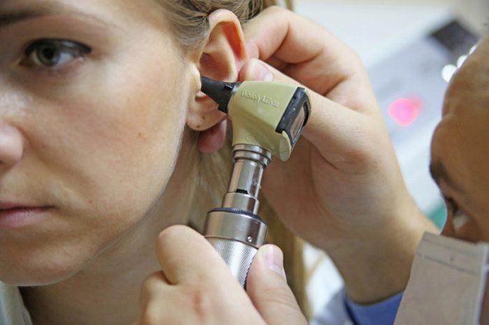 чистим уши у врача