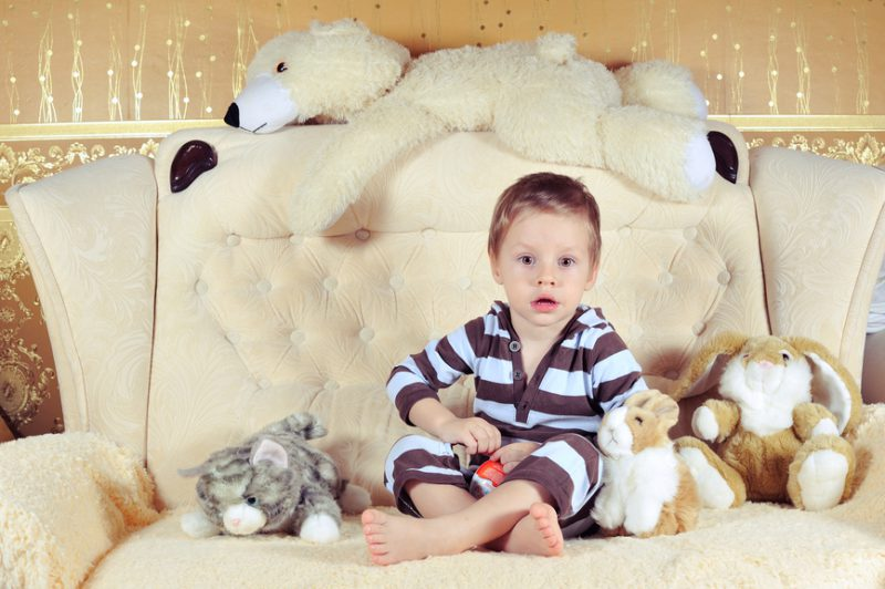 детская моча на диване