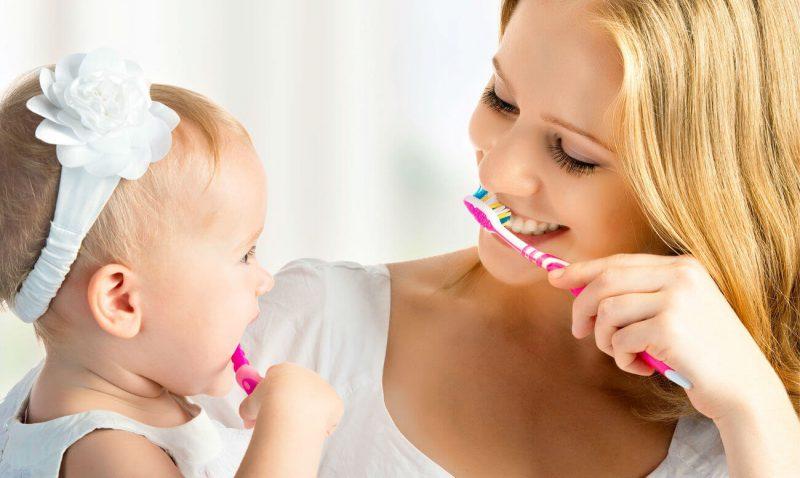 Когда можно начинать чистить зубы маленькому ребенку?